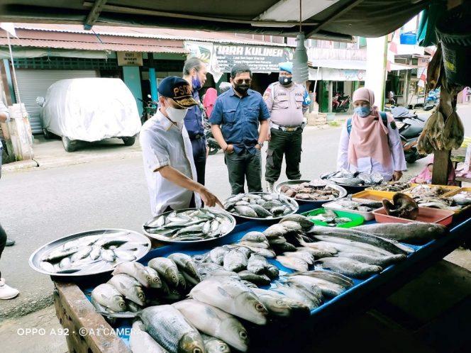 Tim Pengawasan Sumber Daya Kelautan dan Perikanan Terpadu Provinsi Kaltara saat melakukan pemeriksaan Test Kit Formalin pada ikan yang dijual salah satu pedagang di Nunukan, belum lama ini. Foto: Humas Pemprov Kaltara
