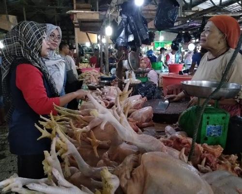 Pedagang Daging Ayam di Salah Satu Pasar Tradisional Kota Tarakan, Foto: Istimewa