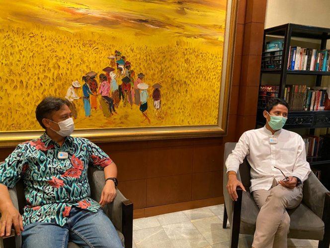 Menteri Pariwisata dan Ekonomi Kreatif  Sandiaga Salahuddin Uno saat berdiskusi bersama Menteri Kesehatan Budi Gunardi Sadikin. Foto: Istimewa