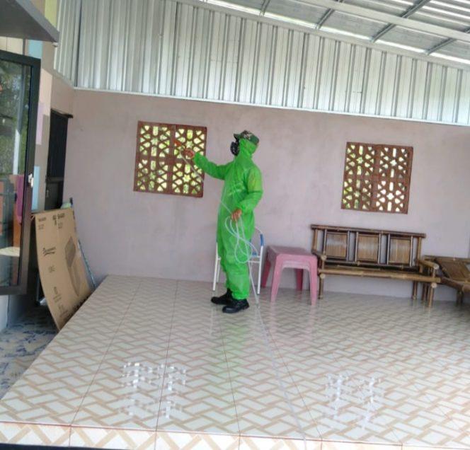 Babinsa Koramil 0907/02 Tarakan Tengah, melakukan sterilisasi di salah satu rumah warga.Foto: ist