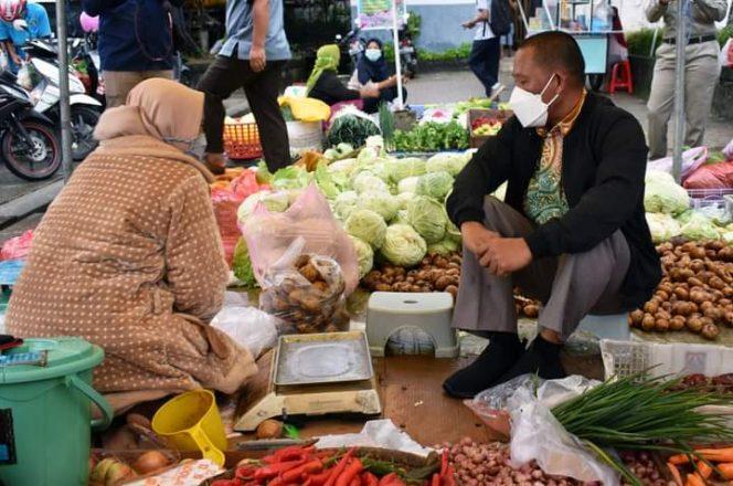 Bupati Bulungan Syarwani mendengarkan aspirasi pedagang Pasar Induk Sengkawit saat sidak kebutuhan pokok jelang lebaran, Kamis (6/5). Foto : Pemkab Bulungan.
