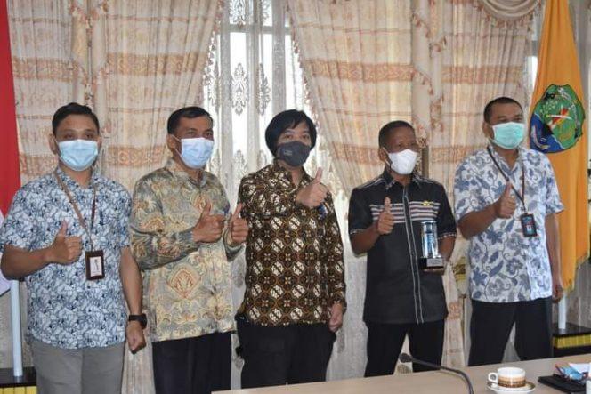 Bupati Bulungan Syarwani bersama Manajer PLN UP3 Kaltara Suparje Wardiyono. Foto : Diskominfo