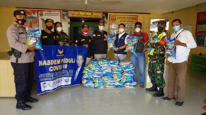 Partai Nasdem Peduli Covid-19 menyalurkan bantuan sembako kepada masyarakat melalui Kampung Trengginas Karang Anyar. Foto : Fokusborneo.com