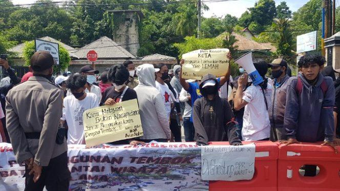 Mahasiswa dan warga demo tolak pembangunan pagar di kawasan wisata Pantai Amal Lama. Foto : Fokusborneo.com