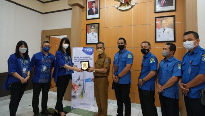 Kepala BCA KCU Tarakan Jedida Lauw menyerahkan secara simbolis token apresiasi kepada Walikota Tarakan dr. Khairul, M.Kes dan Direksi Perumda Air Minum. Foto: ist