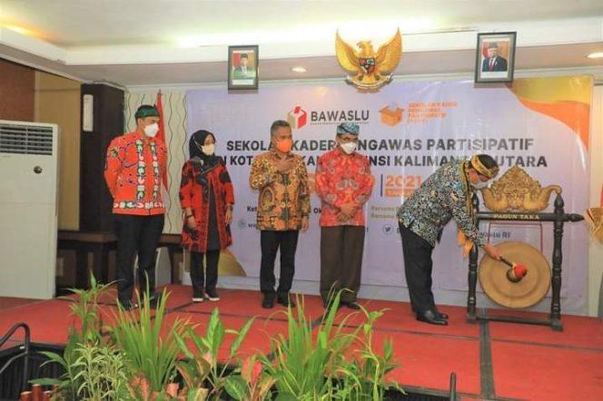 Ketua Bawaslu RI Abhan meresmikan Sekolah Kader Pengawasan Partisipatif di Kota Tarakan. Foto : Humas Pemkot Tarakan.