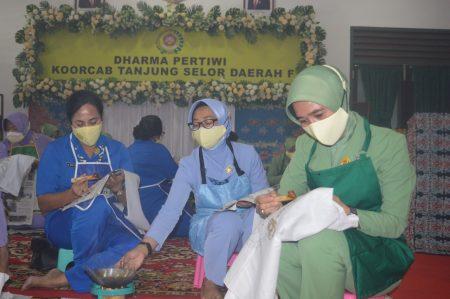 Dharma Pertiwi Koorcab  Tanjung Selor Daerah F, saat mengikuti kegiatan gerakan membantik serentak di seluruh dunia dalam rangka hari batik nasional secara virtual bertempat di Kodim 0907 Tarakan