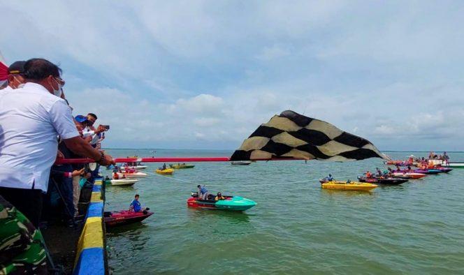 Gubernur Kaltara, Drs.H.Zainal A Paliwang saat membuka secara langsung lomba Race Boat Cup bertempat di Dermaga Ditpolairud.Foti: DkispKaltara