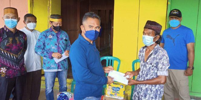 Ketua DPW Hikma Kaltara, Khairul Menyerahkan Secara Simbolis Bantuan Kepada Syamsul Warga Enrekang di Tarakan. Foto: fokusborneo.com