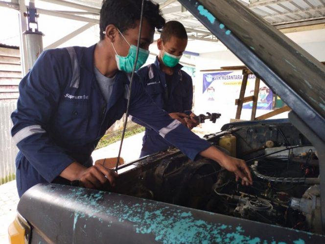 Siswa SMK Nusantara praktek memperbaiki mobil. Foto : Fokusborneo.com