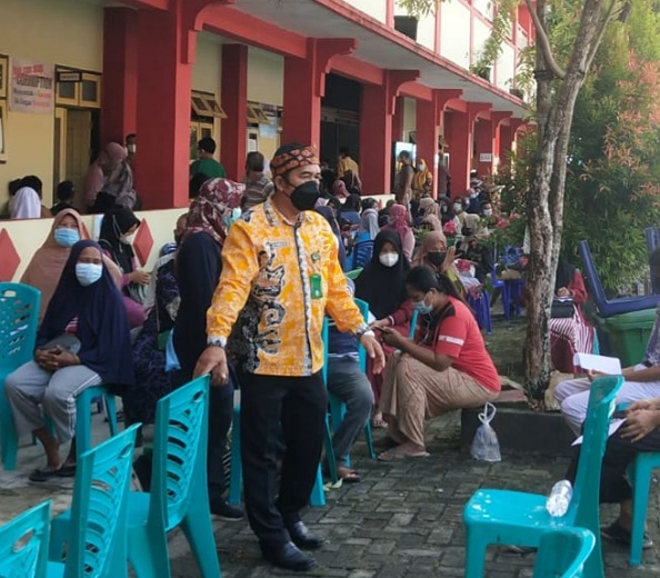 Lurah Selumit Muhammad Ismail Usman meninjau pelaksanaan vaksinasi Covid-19 massal di SMPN 4 Kota Tarakan. Foto : Fokusborneo.com