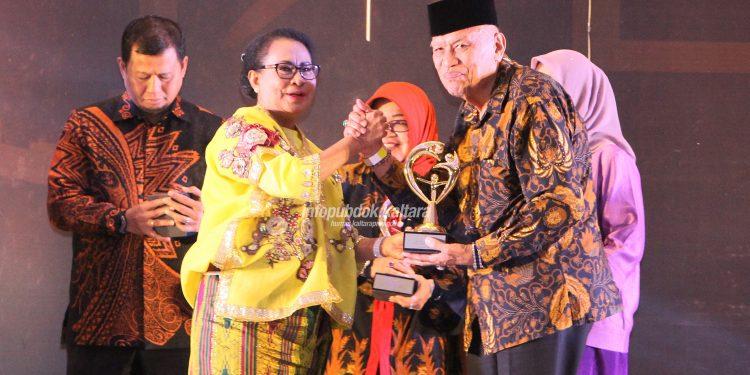 Wagub Kaltara H Udin Hianggio mewakili Gubernur Kaltara Dr H Irianto Lambrie menerima penghargaan KLA 2019 kategori Sekolah Ramah Anak dari KPPPA, Selasa (23/7) malam. Poto : Humas Pemprov Kaltara