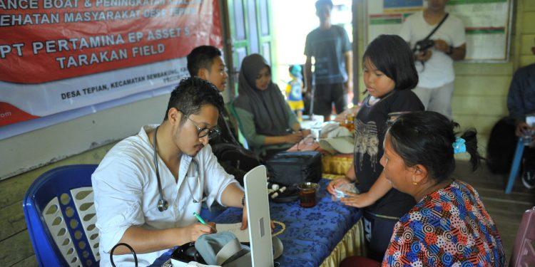Warga Desa Tepian, Sembakung Antri Mengikuti Pengobatan Gratis, Ambulance Boat PEP Tarakan (13/7). Poto : Istimewa