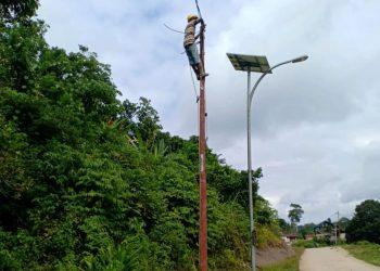 Pekerja PLN Tengah Melakukan Pemasangan Jaringan Listrik di Desa. Poto : Istimewa