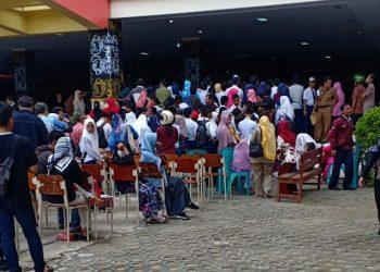 Antrian Orang Tua mendaftar di SMA N 1 Tarakan (24/06).