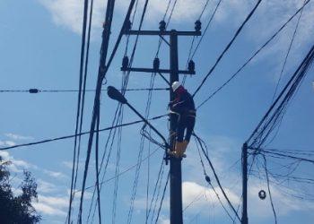 Petugas PLN Lakukan Perbaikan Gawangan JTR Paska Kebakaran Pertamini, (27/7). Poto : Istimewa