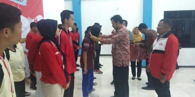 Penyerahan Mendali kepada Atlet O2SN oleh Kadisbud Prov. Kaltara Sigit Muryono / Poto : Istimewa