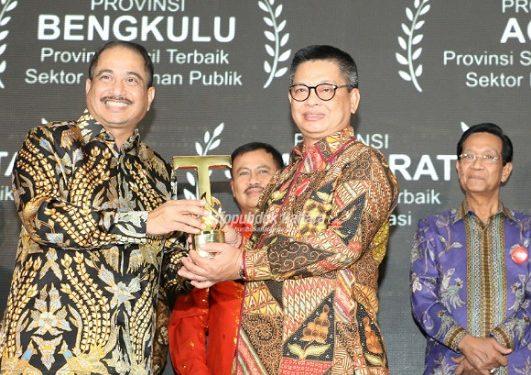 Gubernur Kaltara, Dr H Irianto Lambrie menerima penghargaan IAI 2019 kategori Platinum untuk provinsi kecil di bidang infrastruktur di Ballroom Hotel Pullman, Jakarta, Selasa (23/7) malam.