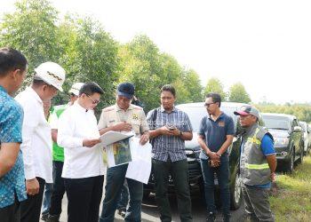 TINJAU JALAN: Gubernur Kaltara Dr H Irianto Lambrie saat meninjau langsung progress peningkatan Jalan Trans Kalimantan di titik perbatasan Bulungan-Tana Tidung (09/8). poto : Humas Pemprov