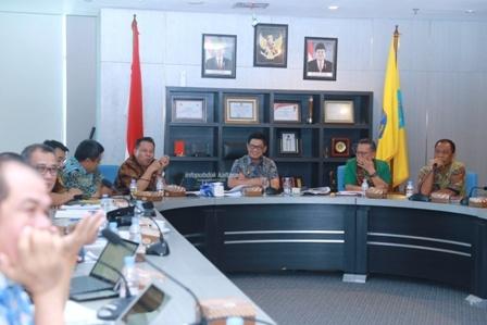 RAPAT STAF : Gubernur Kaltara Dr H Irianto Lambrie saat memimpin rapat staf, Kamis (29/8). Poto: Humas Pemprov Kaltara