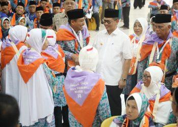 Gubernur Kaltara Dr H Irianto Lambrie saat melepas jamah calhaj asal Kaltara, Jumat (2/8)