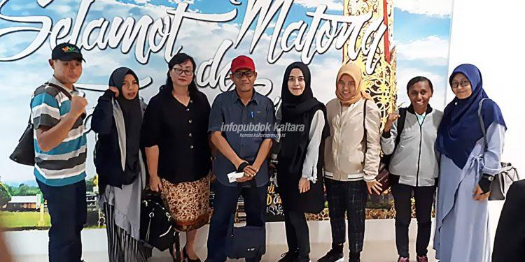 TENAGA KESEHATAN : Kepala Dinkes Provinsi Kaltara Usman berfoto bersama Tenaga Kesehatan Nusantara Sehat (NS) di Bandara Tanjung Harapan, Tanjung Selor, Kamis (1/8).
