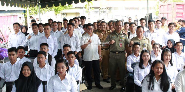 CALON PRAJA : Gubernur Kaltara Dr H Irianto Lambrie saat melepas para capra IPDN 2019 asal Kaltara, baru-baru ini.