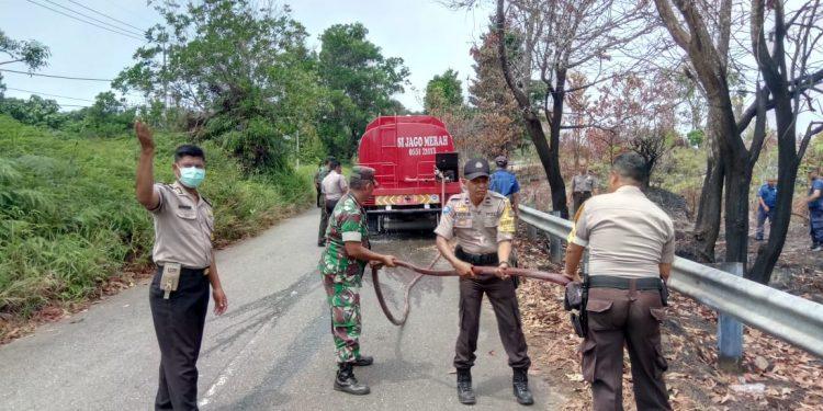 Damkar, TNI, Polri, Kelurahan, dan Warga Padamkan Kebakaran Lahan di Kel Pantai Amal, Rabu (7/8). Poto : Istimewa