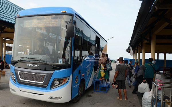PENGEMBANGAN : Bus pengangkut pengguna layanan jasa speedboat reguler di Pelabuhan Tengkayu I Kota Tarakan. Poto : Humas Pemprov Kaltara