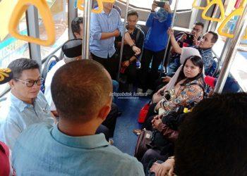 Gubernur Kaltara Dr H Irianto Lambrie, didampingi Wagub H Udin Hinggio menumpang bus bersama masyarakat menuju dermaga Pelabuhan Tengkayu I Tarakan, baru-baru ini. Poto : Humas Pemprov Kaltara