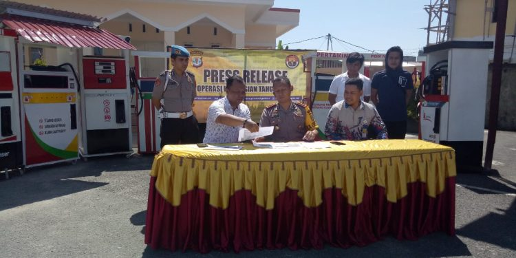 Kapolres Tarakan AKBP Yudhistira Midyahwan Memperlihatkan Hasil Sitaan Pertimini Rabu (31/7), Poto : ari