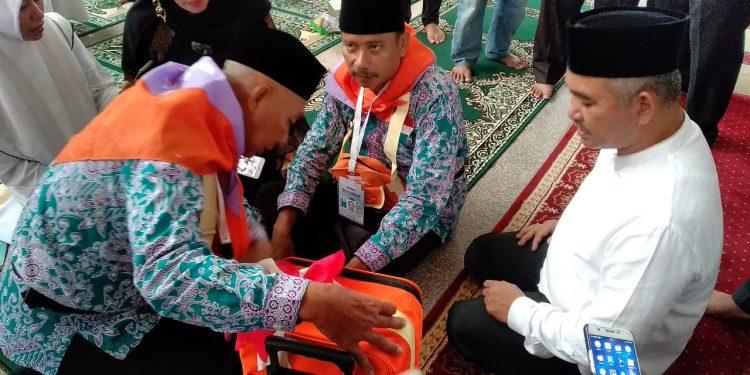 Abdul Rasyid Saka (Tengah) Suami Almarhum Rosmiati, bersama Walikota Tarakan Khairul, Jum'at (2/7) pagi.