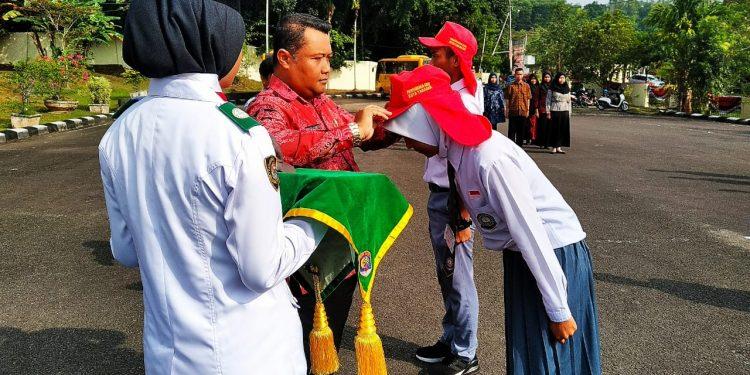 Asisten 1 Pemerintahan Hendra Arfandi Menyematkan Tanda Peserta Pusdiklat Calon Paskibra, Kamis (8/8). Poto : Ari/Fokusborneo.