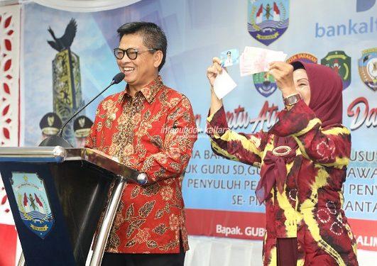 Gubernur Kaltara, Dr H Irianto Lambrie saat memberikan insentif guru secara simbolis beberapa waktu lalu. Poto : Humas pemprov Kaltara.