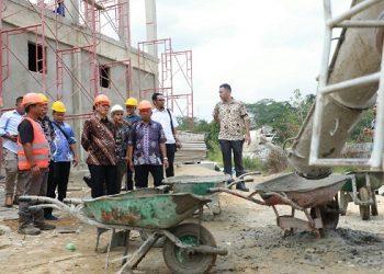 Gubernur Kaltara Dr H Irianto Lambrie saat meninjau pembangunan Pasar Modern Panca Agung di Kecamatan Tanjung Palas Utara, Kamis (8/8). Poto : Humas Pemprov Kaltara
