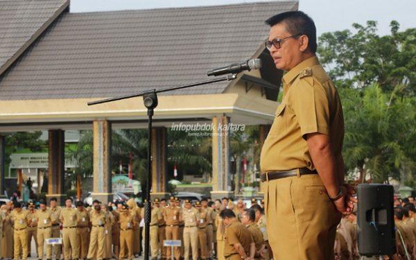 APEL PAGI : Gubernur Kaltara Dr H Irianto Lambrie saat memimpin apel pagi, Senin (12/8) di lapangan Agatish, Tanjung Selor. poto; Humas Pemprov
