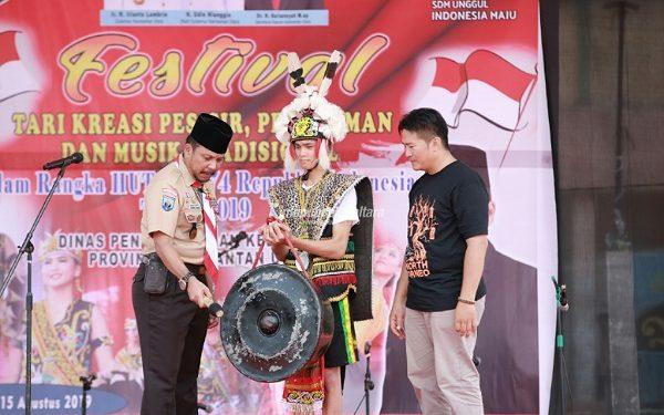 SENI BUDAYA : Kepala Disdikbud Kaltara Sigit Muryono saat membuka festival tari dan musik tradisional Kaltara di Pasar Induk Bulungan, kemarin (14/8). Poto:Humas Pemprov Kaltara
