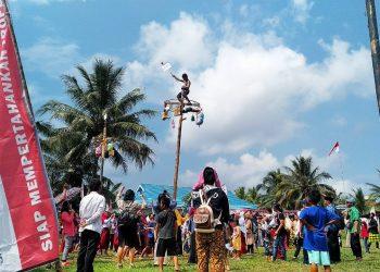 Panjat Pinang Meriahkan  Dirgahayu RI Ke-74 Tahun, Desa Tepian, Nunukan (17/8). Poto : Ari/Fokusborneo