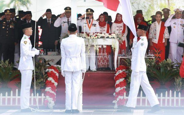 HUT RI : Gubernur Kaltara Dr H Irianto Lambrie saat memimpin upacara puncak peringatan HUT ke-74 RI di Lapangan Agatish, Tanjung Selor, Sabtu (17/8) pagi. Poto : Humas Pemprov Kaltara