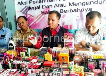 BPOM Tarakan Sita Ratusan Produk Kosmetik Ilegal dan Berbahaya, Selasa (20/8). Poto : Ari/Fokusborneo.