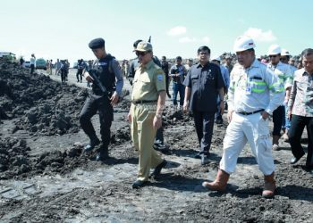 Gubernur Kaltara Dr H Irianto Lambrie meninjau lokasi pertambangan di Wilayah Kaltara beberapa waktu lalu. Poto : Humas Pemprov Kaltara