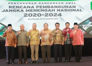 Gubernur Kaltara Dr H Irianto Lambrie berfoto bersama Menteri PPN/Ka Bappenas Prof Bambang Brodjonegoro dan Gubernur se-Kalimantan, Selasa (20/8). Poto : Humas Pemprov Kaltara