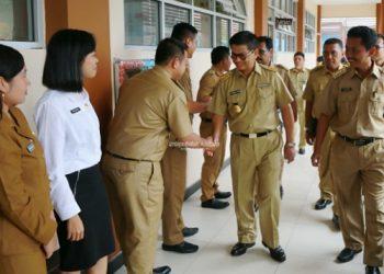 PENDIDIKAN : Gubernur Kaltara Dr H Irianto Lambrie saat mengunjungi salah satu sekolah di Kaltara, belum lama ini. Foto : Humas Pemprov Kaltara