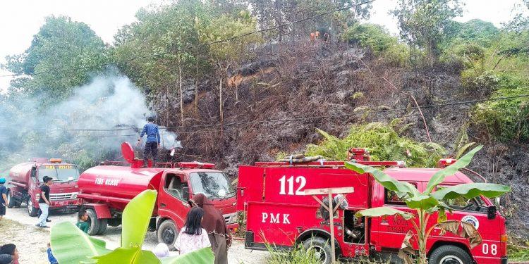 Bencana Karhutla Sering Terjadi di Tarakan, Mobil Pemadam Sedang Melakukan Pemadaman dilokasi Kebakaran Lahan Jl Matahari RT 10, kel Kampung 1 Skip. Poto: Ari/fokusborneo