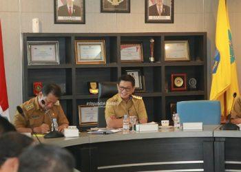 PERCEPATAN : Gubernur Kaltara Dr H Irianto Lambrie saat memimpin rapat staf mengenai percepatan pengadaan barang dan jasa pemerintah, belum lama ini. Foto: Humas Pemprov Kaltara