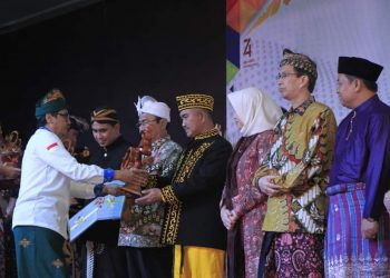 Walikota Tarakan dr. Khairul. M.Kes Menerima Langsung Penghargaan Anugerah Budhipraja 2019, Denpasar, Bali (27/8). Poto: Humas Pemkot Tarakan