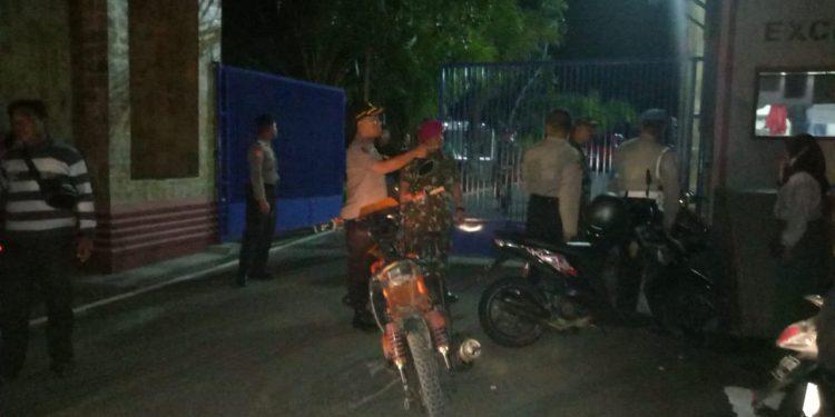 Tampak Aparat Kepolisian dan Marinir Berjaga di Pintu Masuk Kampus UBT. (29/8) malam. Poto: Istimewa