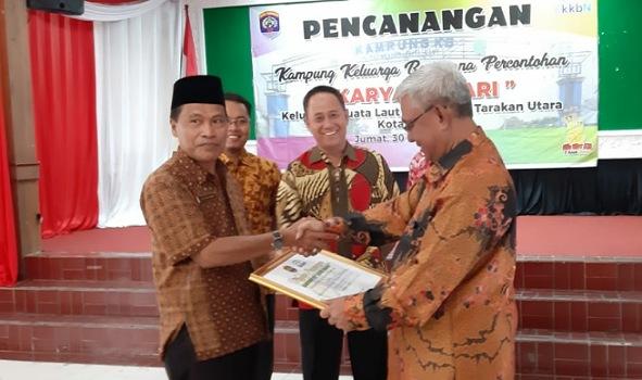 Wawali Tarakan Effendhi Djuprianto menyerahkan Piagam Kampung KB Percontohan Karya Bahari kepada Lurah Juata Laut, Jum'at (30/8). Poto: Istimewa