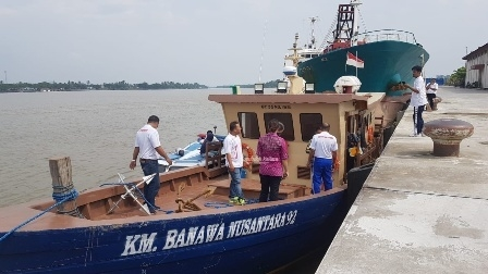BANTUAN : Tim dari Dishub Provinsi Kaltara saat mengecek kondisi kapal Pelra dari Ditjen Hubla Kemenhub yang tiba di ibukota Kaltara, Tanjung Selor, Kamis (12/9).Poto: Humas Pemprov Kaltara