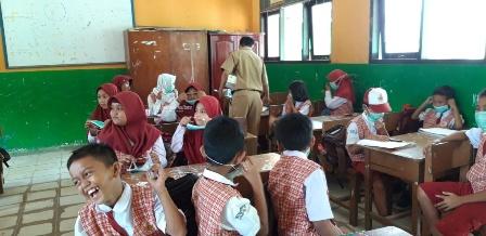 ANTISIPASI : Pemprov Kaltara melalui DLH saat membagikan masker gratis kepada pelajar di salah satu SD, baru-baru ini.Poto:Humas Pemprov Kaltara